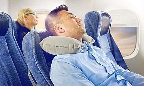 Khẩu trang và gối cổ Đây là hai vật dụng cần thiết để bạn có thể nghỉ ngơi thoải mái nhất trong lúc bay. Khẩu trang sẽ giúp bạn tránh ảnh hưởng của không khí bên ngoài. Gối ngủ sẽ đảm bảo cho bạn có một giấc ngủ ngon và không bị đau cổ sau khi tỉnh dậy. Ảnh: Travel Misfit.