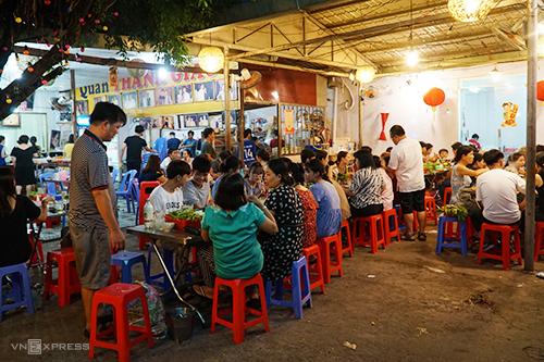 Từ khoảng 15h chiều, những dãy bàn trong và ngoài quánđược dần lắp đầy bởi thực khách cho đến tối muộn. Hết lượt này đến lượt khách, thực kháchđa phần là khách du lịch, có cả người dân. Không gian quán đơn giản, điểm nhấn là những bức hình của chủ quán cùng các nghệ sĩ nổi tiếng ở Việt Nam.