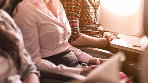 Nhiều người vì muốn một chuyến bay yên bình nên chấp nhận ngồi trong tư thế không thoải mái, và bị hai người ngồi cạnh lấn chiếm chỗ để tay ở cả hai bên. Ảnh: CBC.