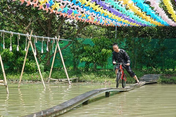 Du khách ngã liên tục khi đạp xe qua 'cầu khỉ' ở miền Tây