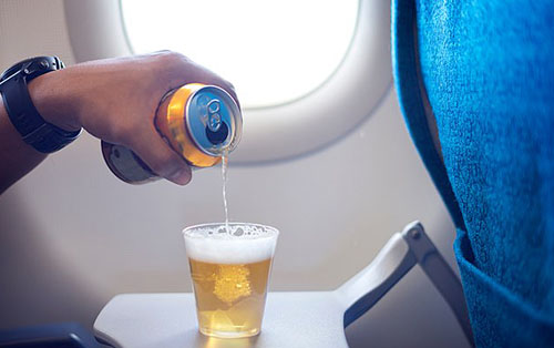 Phần lớn các sự cố xảy ra trên máy bay là do hành khách say xỉn gây ra. Ảnh: Pong Handsome.