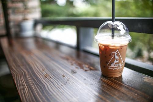Cà phê là loại thức uống được yêu thích ở đây với nguồn nguyên liệu sạch, nguyên chất, xay, pha tại chỗ, vị thơm, hơi đắng, đúng gu người Việt.