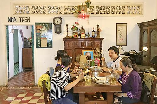 Quán ăn đón khách bằng những bộ bàn ghế gỗ hay chiếc phản của những năm xưa. Không khí xưa cũ của nơi này càng được tô đậm bởi hình ảnh mùi khói cay nhẹ của bếp củi từ phía bếp hay miếng gạch bông kiểu cũ. Bạn sẽ còn được ngồi ở mâm trên - bàn ăn trước bàn thờ -chỗ ăn thường dành cho người lớn tuổi trong các gia đình Nam bộ.Chị Hồng Đào (31 tuổi), chủ quán chia sẻ, tất cả nguyên liệu chế biến món ăn đều do đích thân chị đến chợ và chọn mua những loại tươi ngon nhất mỗi ngày.