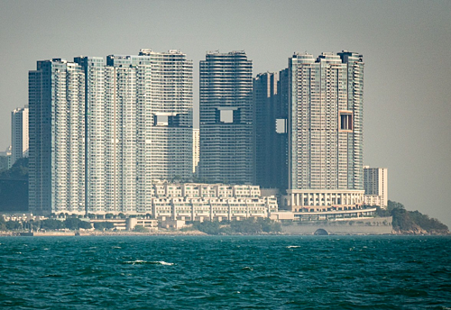 Chuyên gia phong thủy ở Hong Kong cho rằng cáctòa nhà sẽ thịnh vượng nếu có đường lưu thông cho một chú rồng sống sau núi xuống biển uống nước. Bởi vậy, nhiều chủ dự ánchấp nhận khoét một lỗ hổng lớn cao 8 tầng. Ảnh:Alden Anderson.