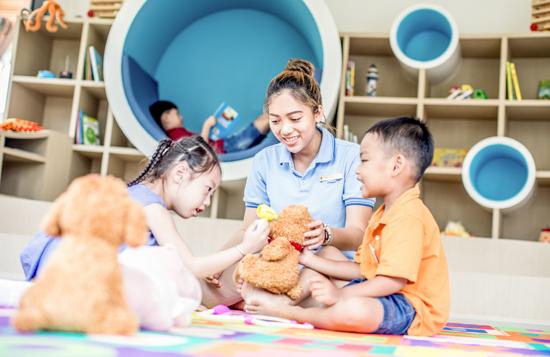 Các hoạt động trong trại hè được giám sát bởi những nhân viên có chứng chỉ chăm sóc trẻ em, nhằm đảm bảo an toàn cho các bé và tạo sự yên tâm cho các phụ huynh.