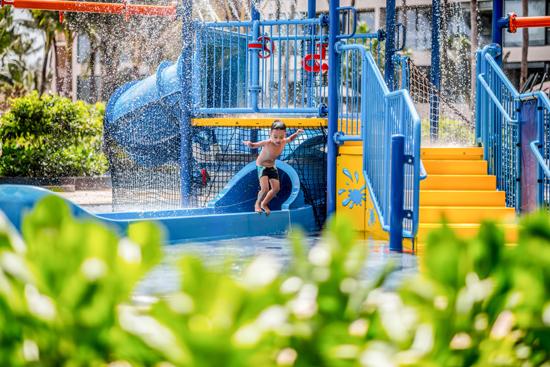 Ở đó, các bé thỏa thích nô đùa dưới ánh nắng mặt trời, ngụp lặn dưới làn nước trong xanh, cùng xây lâu đài cát hay thả diều trên Bãi Trường, thử thách sức chịu đựng và khả năng suy luận bằng trò chơi truy tìm kho báu. Nếu ưa thích trò chơi cảm giác mạnh, bé sẽ không thể bỏ qua những bài học bơi hay hoạt động thể chất tại máng trượt nước của hồ bơi gia đình Splash!
