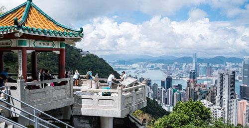 Bạn sẽ được ngắm toàn cảnh Hong Kong khi đứng trên đỉnh núi Victoria. Ảnh: Klook.