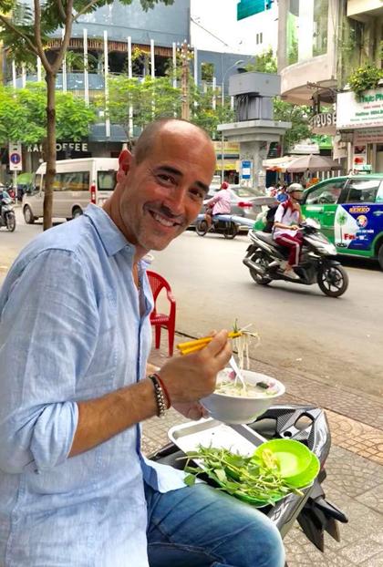 Rất thích phở, nên anh đã dành thời gian để rong ruổi từ nhà hàng sang trọng cho đến quán xá vỉa hè để thưởng thức đặc sản của Việt Nam. Gần như sáng nào tôi cũng ăn phở, Davidnói.