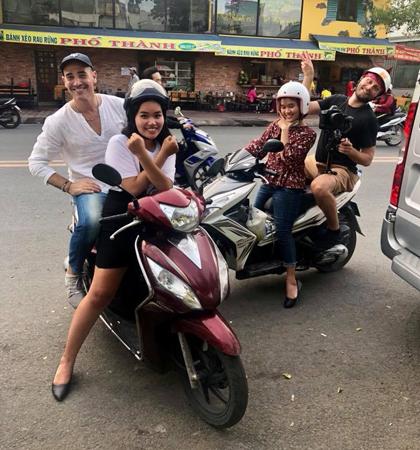 Sau khi kết thúc công việc, đầu bếp dành thời gian đểkhám phá thành phố bằng xe máy.