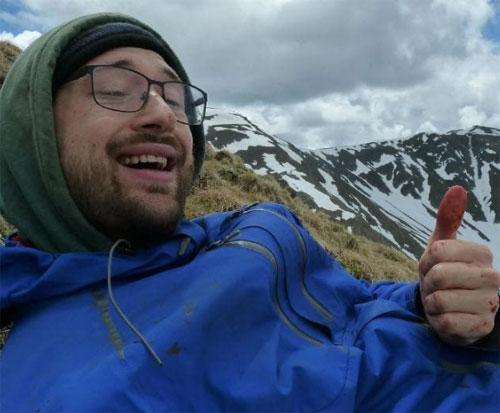 Andi bị gãy xương, chân phải bị gấu cắn nát. Bức ảnh trên được anh chụp khi đang leo núi ở Romania. Ảnh: News.