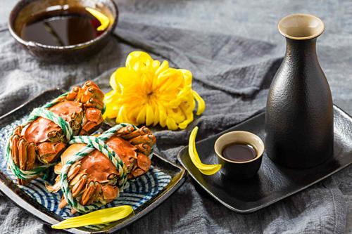 Thực khách Trung Quốc sành ăn thường thưởng thức cua lông hấp, nhấm rượu vàng huangjiu từ ngũ cốc lên men. Ảnh: VCG Photo.