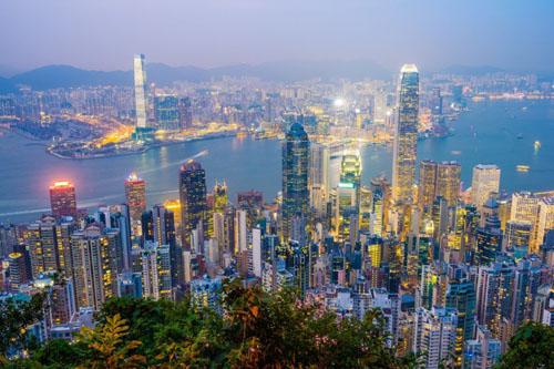 Hong Kong có nhiều tòa nhà chọc trời, nhưng điều này vẫn không giải quyết được tình trạng đất chật người đông ở đây. Nhiều người dân phải sống trong các ngôi nhà chật chội, với diện tích chỉ vài mét vuông. Ảnh: Pretraveller.