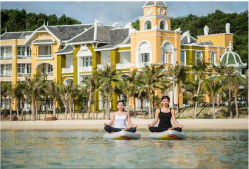 Các lớp tập yoga trên biển mang đến cho du khách những giờ phút trải nghiệm khó quên tại JW Marriott Phu Quoc Emerald Bay.
