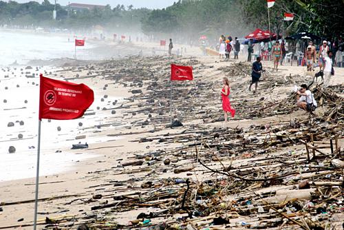 Chính quyền đảo Bali đang cân nhắc thu thuế du lịch 10 USD với khách nước ngoài, nhằm lấy kinh phí bảo vệ môi trường và văn hoá. Hiện hòn đảo này phải đối mặt với tình trạng ô nhiễm nghiêm trọng, mỗi ngày thải ra 3.800 tấn rác song chỉ 60% được thu gom. Ảnh: Jakarta Post.