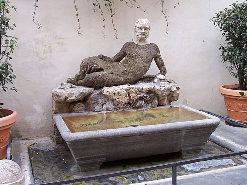 Trên ảnh là Fontana del Babuino, bức tượng mô tả Silenus, thầy của vị thần rượu nho Dionysus. Ảnh: Amusing Planet.