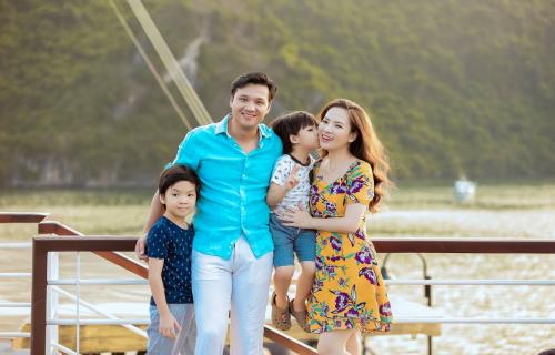 Gia đình Đan Lê thăm vịnh Lan Hạ trên du thuyền - ảnh 1