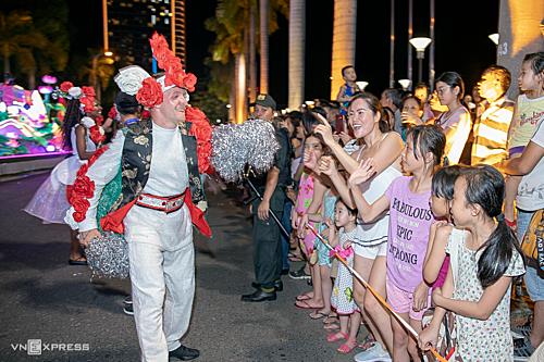 Vào tối chủ nhật hàng tuần, du khách còn có dịp tham gia vào chương trình lễ hội đường phố được tổ chứctừ nay đến 7/7, song hành cùng các buổi trình diễn pháo hoa. Ảnh: Nguyễn Đông.