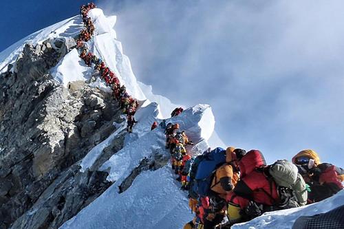22/5 vừa qua là một trong những ngày đông đúc nhất trên đỉnh núi cao 8.848 m. Ảnh:Project Possible.