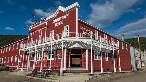 Khách sạn Downtown nằm ở trung tâm thành phố Dawson, nơi có quán bar phục vụ món cocktail chân người. Ảnh: CNN.