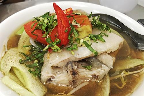Món hút khách ở quán là canh chua cá hú.