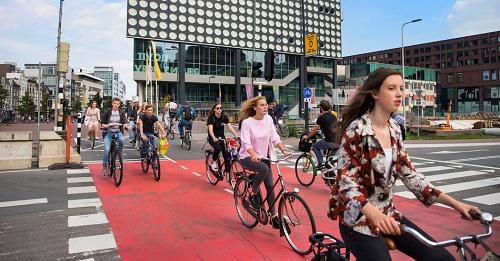 Hà Lan là quốc gia an toàn nhất để đạp xe với mạng lưới đường dài 35.000 km. Ảnh: The New York Times.