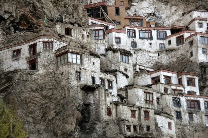 Tự viện cheo leo trên vách núi ở Ấn Độ