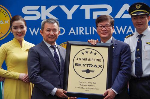 Ông Dương Trí Thành, Tổng giám đốc Vietnam Airlines (thứ hai bên trái) nhận chứng nhận 4 sao từ Skytrax. Ảnh: Vietnam Airlines.