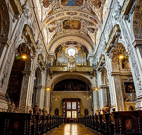 Khách tham quan lấy nước thánh dập lửa trong nhà thờ ở Áo - ảnh 1