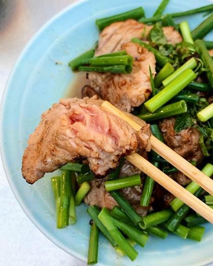 Cá ngừ nướng bằng đèn khò ăn kèm hành lá là món được ưa chuộng nhất. Ảnh: Pikdo.