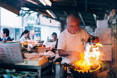 Toyo biểu diễn màn nướng cá ngừ với đèn khò và tay trần. Ảnh: Netflix.