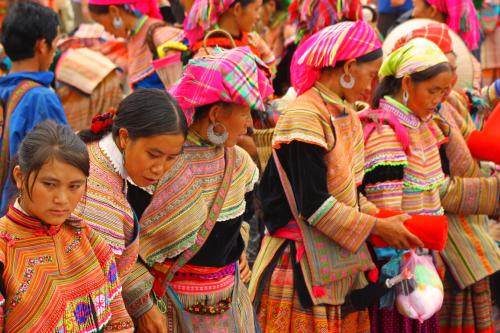 Thực khách tìm hiểu về văn hóa của các dân tộc ít người.