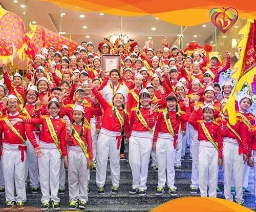 Đội kèm Võ Thành Trang - đội nhạc kèn thiếu nhi có số lần công diễn nhiều nhất thế giới.