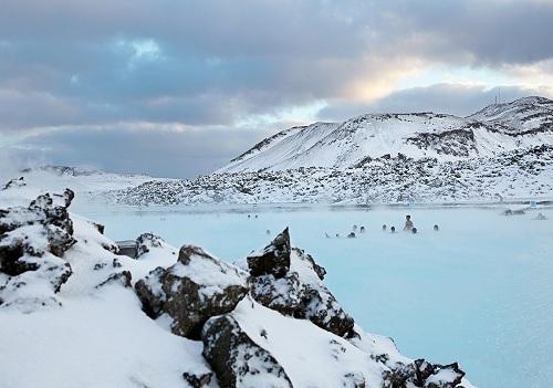 Suối nước nóng lúc nào cũng có nhiệt độ khoảng 30 độ C, vì vậy người Iceland có thể tắm ngoài trời trong cả mùa đông. Ảnh: Get Local.
