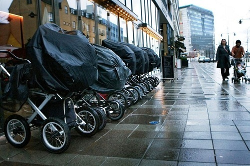 Ngoài Iceland, một số quốc gia khác ở Bắc Âu như Thụy Điển, Na Uy cũng cho trẻ ngủ ngoài trời. Ảnh: Around The Business.