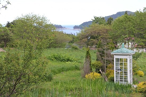 Bốt điện thoại nằm trong một khu vườn ở trên đỉnh đồi. Đứng từ chỗ này, bạn có thể nhìn thấy bờ biển Thái Bình Dương phía xa xa. Ảnh: Open Street Map Forum.