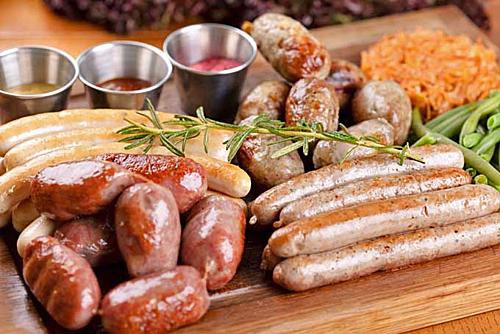 Về cơ bản, xúc xích ở Đức có cách chế biến không quá khác biệt so với các nước trên thế giới, vẫn là cách chế biến truyền thống là nhồi thịt vào ruột non của lợn. Tuy nhiên, điều làm nên hương vị riêng của loại xúc xích này lại chính là phần nhân được nhồi vào ruột non ấy. Ở Đức, người ta dùng các loại thịt khác nhau để làm nên phần nhân bên trong của xúc xích. Có thể là thịt lợn, thịt gà, thịt bê, thịt cừu... và thậm chí là cả óc lợn. Ảnh: Foodal.