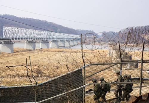 Khu vực biên giới Hàn Triều với những hàng rào dây thép gai được Laura chụp trong chuyến du lịch của mình. Ảnh: Osyter.