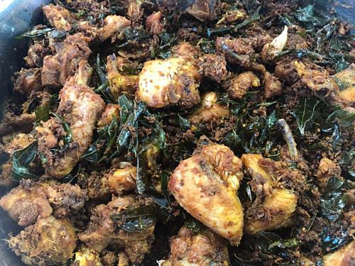 Thịt gà rang với gia vị là một trong những món ăn được nhiều người Malaysia yêu thích trong tháng Ramadan. Ảnh: Phương Anh.