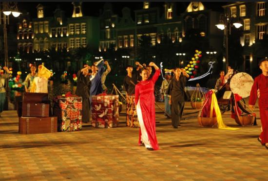 Hàng trăm diễn viên, nghệ nhân tham gia trình diễn các hoạt cảnh: Thương cảng thần tiên, Hội hè bốn phương, Lý kéo chài, Dòng sông cổ tích... tạo nên không khí lễ hội trên sông đầy cuốn hút.