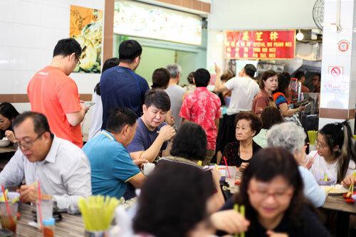 Quán chủ yếu phục vụ người địa phương, du khách thường phải xếp hàng dài để chờ đến lượt. Ảnh: Khương Nha.
