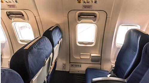 Khách Trung Quốc bị đuổi khỏi máy bay vì mở cửa thoát hiểm