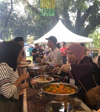 Mọi người đến đề ăn đồ miễn phí trong ngày lễ Eid al-Fitr tại bảo tàng cung điện Malaysia. Ảnh: Phương Anh.