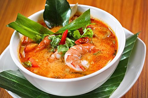 Tom Yum hay còn gọi là Tom Yam, được xuất phát từ sự kết hợp giữa hai tiếng Thái là tom và yam. Tom nghĩa là nấu (nấu canh), yam là loại gia vị chua cay xuất phát từ vùng rừng núi Thái Lan và Lào. Ảnh: Carnival Munchies.