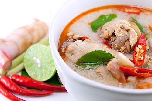 Tom yum goong được chế biến từ nguyên liệu chính là thịt tôm còn Tom yum kai thì lại được chế biến từ nguyên liệu là thịt gà. Tuy nhiên, Tom yum goong lại có phần phổ biến hơn đối với khách du lịch Thái Lan. Ảnh: Temple of Thai.