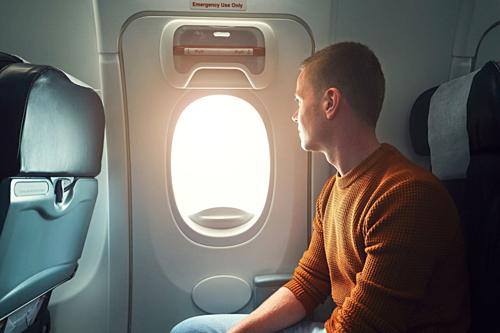 Những người lần đầu đi máy bay thường có thích được ngồi cạnh cửa sổ. Ảnh: Washington Post.