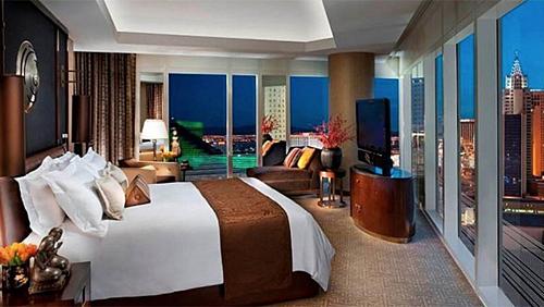 Nhiều khách sạn 4-5 sao thường cung cấp số lượng gối lên đến 6-8 chiếc, gấp 2-3 lần số người trong phòng. Ảnh: Hollywood Reporter.