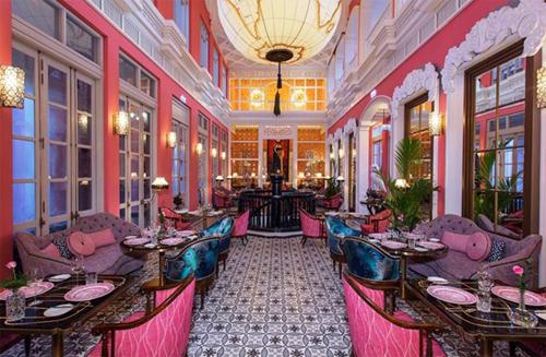 Nhà hàng Pink Pearl gây ấn tượng nhờ nội thất mang phong cách hoàng tộc quý phái.
