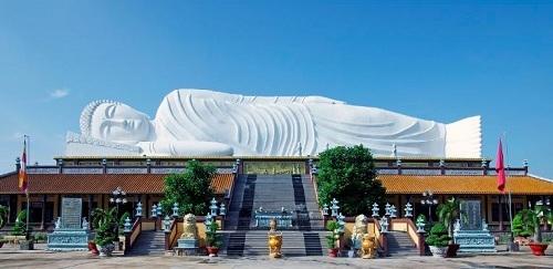 Chùa Khánh Hội với kiến trúc tượng Phật nằm nổi tiếng ở Bình Dương. Ảnh: Vntrip.