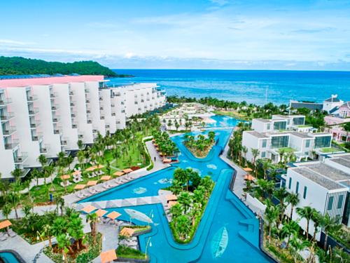 Khoảng 45% hệ thống phòng cho thuê tại Việt Nam là căn hộ condotel trong các khu nghỉ dưỡng. Rất nhiều nhà đầu tư bán lẻ đảm bảo condotel sẽ đem lại 9-10% lợi nhuận từ tiền cho thuê - cạnh tranh với chính các khách sạn. Ảnh: Premier Residences Phu Quoc Emerald Bay.