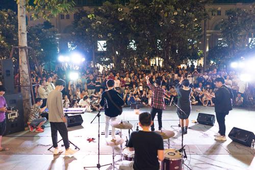 Ngay buổi diễn đầu tiên của The Crowd Saigon, nhiều khán giả đã tập trung trước cổng khách sạn Rex để thưởng thức phần trình diễn đầy sôi động tại đây.